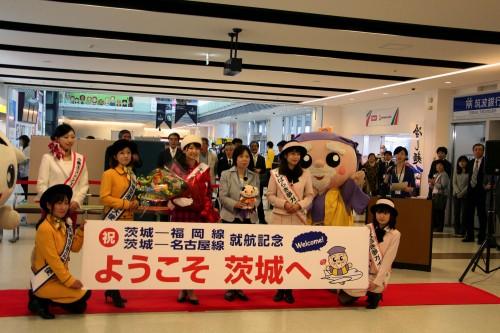 <名古屋線>キラッ都なごやメイツ 澤田さんに、歓迎の花束を渡した山口副知事