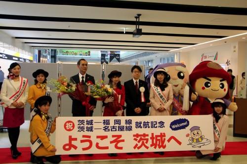 <福岡線>福岡親善大使 岡村さんに、歓迎の花束をお渡しした楠田副知事