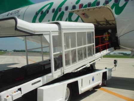 飛行機の高さに合わせるため、ベルトの長さは約7mもあります。