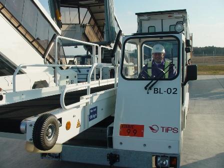 BL-02は運転席に屋根がついています。日本で一台しかないそうです。