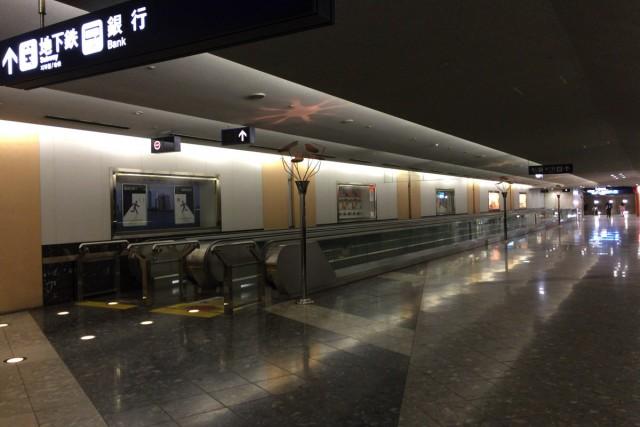 動く歩道で地下鉄乗り場へ。
