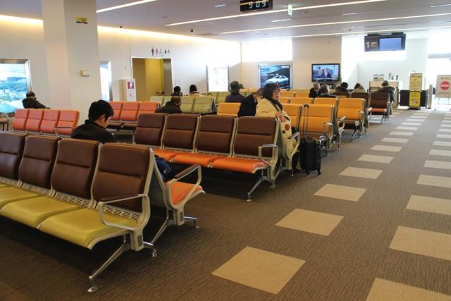 搭乗手続きが済んだら待合室へ。空弁も売っています。