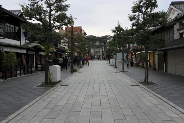 太宰府天満宮へと続く参道。いろいろなお店が建ち並びます