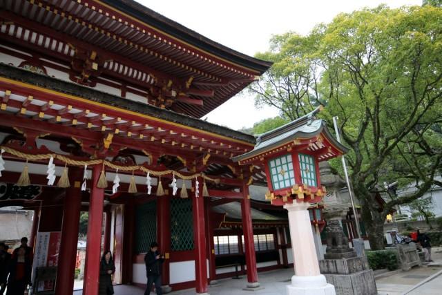 御本殿の前に通る楼門も豪華