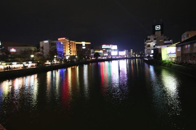 九州最大の歓楽街・中州を流れる博多の那珂川