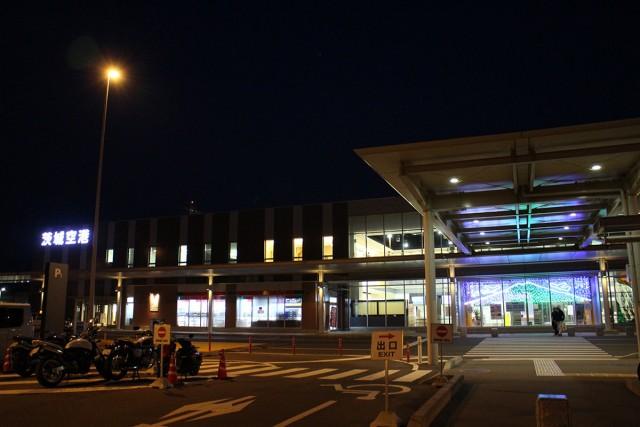 夜の茨城空港に到着