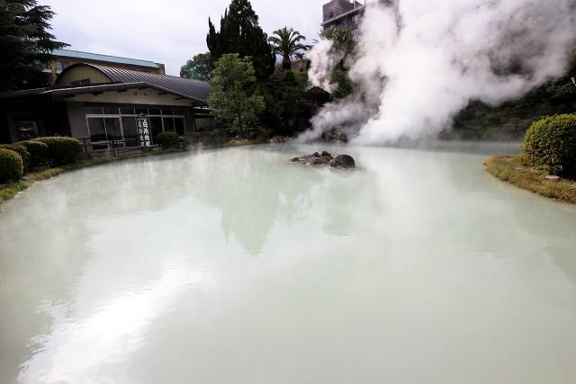 乳白色の源泉がとても素敵な白池地獄。