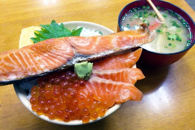 鮭・サーモン・いくら丼。これが1,000円前後で食べられるのです。