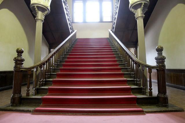 玄関正面の大階段。まるで映画のセットのよう
