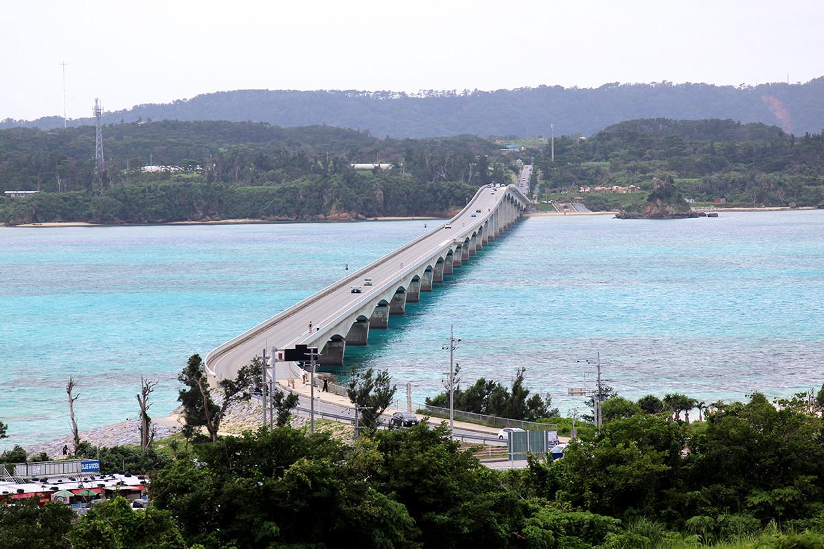古宇利島から見下ろす古宇利大橋。絶景!