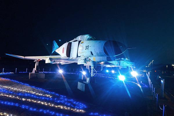 F-4ファントムが期間限定でライトアップ